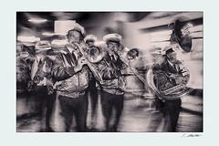 Oriole Brassband (siggi.martin) Tags: jazzfestival menschen people viele many brassband musik music blasinstrument windinstrument blasinstrumente windinstruments marschiernmarching bewegungsunschärfe motionblur