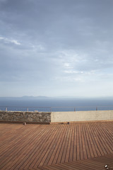 Alcázar de popa. (elojeador) Tags: marmediterráneo mediterráneo parqué madera cubierta baranda vista panorámica piedra nube rosas castillo castillodelatrinidad encubierta elojeador