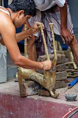 Fonderie de Dhamraï (stef974run) Tags: dhamraï fonderie fondeur statue métal chauffe four braise sculpture sculpteur feu moule cire fusil arme artisan bangladesh oeuvre savoirfaire bommert rickshaw policier escorte