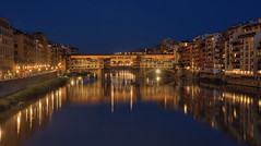 Carte postale Florentine (StephanieB.) Tags: bridge firenze florence italie italia italy tosvane reflet reflection night nuit soir medicis city ville arno fleuve river bordeaux water light lumière ciel eau crépuscule bâtiment buildings sky