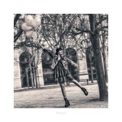 Paris n°205 (Nico Geerlings) Tags: palaisroyal jardin balloons photoshoot ngimages nicogeerlings nicogeerlingsphotography paris france leicammonochrom 50mm summilux
