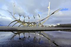 Sólfar Reykjavík (ploh1) Tags: reykjavík sólfar sonnenschiff sehenswürdigkeit spiegelung wahrzeichen sonnenfahrt skulptur himmel wikingerschiff gräten regenpfütze island iceland