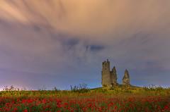 Noche en Caudilla 2. (Amparo Hervella) Tags: caudilla toledo spain españa paisaje flor naturaleza cielo nube castillo noche nocturna amapola largaexposición d7000 nikon nikond7000