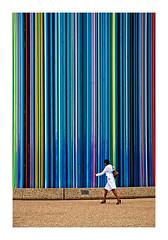 se distinguer (Marie Hacene) Tags: ladéfense moretti femme blanc couleurs contrastes passante urbain rue architecture