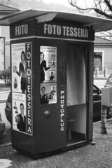 Fototessera, Como (sirio174 (anche su Lomography)) Tags: como fototessera foto automatiche fotoautomatiche italia italy photoautomat photobooth zorki1 ilfordpanf50