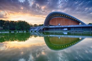 Das Haus der Kulturen der Welt bei Sonnenuntergang - HDR - Balanced