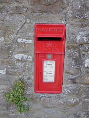 Elizabeth 2 cypher wall box near Corn Exchange public house Gilwern 10.08.2017 (2) (The Cwmbran Creature.) Tags: po p o gpo g general post office letter red street furniture heritage great britain united kingdom gb uk