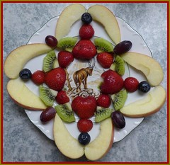 Steinbock sucht Vitamine / Ibex Looking for Vitamins (ursula.valtiner) Tags: obst fruit mandala steinbock ibex vitamine vitamins erdbeeren strawberries kiwi heidelbeeren blueberries apfel apple weintrauben grapes