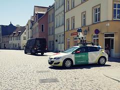 Google Maps bei der Arbeit (ingrid eulenfan) Tags: stralsund stadt strasse street streetlife auto car googlemaps onlinedienst googlellc unternehmen streetview sonyalpha6000 tamron16300mm opel fotografieren