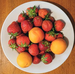 - (txmx 2) Tags: food erdbeere pfirsich strawberrx peach plate