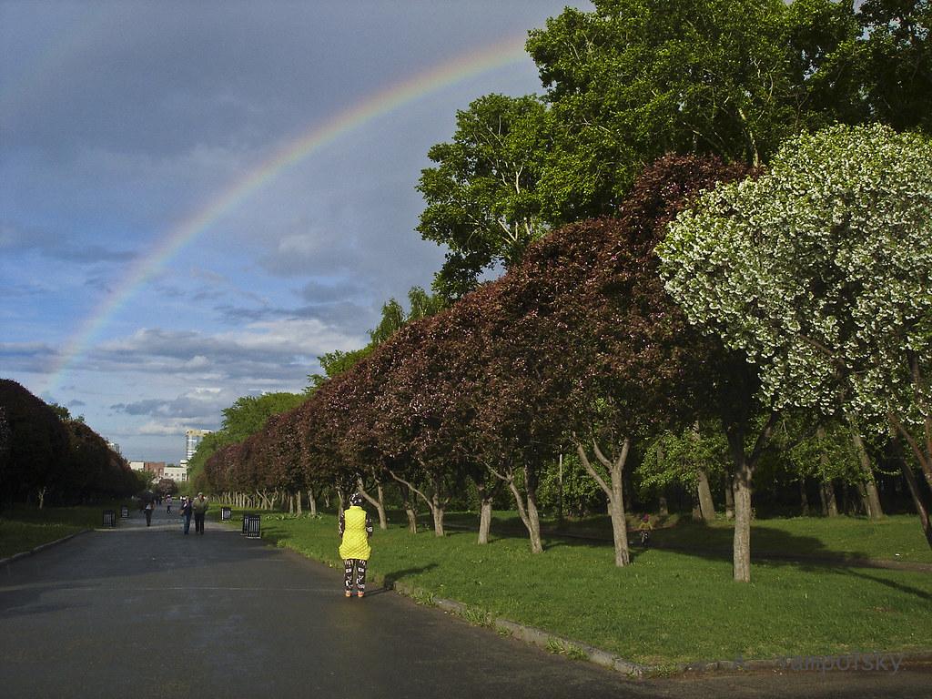 фото: Радуга на аллее у Дворца спорта