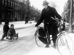 1952 winterfun (doc(q)man) Tags: utrecht stadhouderslaan 1952 1950s fifties blackandwhite bw fatherandson family wingter snow fun sled bicycle street docman