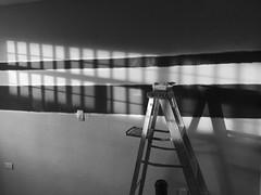 Pintando (Manuel Martinez RT5) Tags: blancoynegro ipod pintar pared sol reflejo