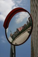 la plaza, Girona (Manuel Capdevila) Tags: espejo cielo reflejo plaza edificio