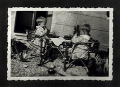 i gemelli a Vicenza - 18 novembre 1936 (dindolina) Tags: photo fotografia blackandwhite bw biancoenero monochrome monocromo vintage family famiglia history storia gemelli twins vignato italy italia veneto vicenza 1936 1930s annitrenta thirties