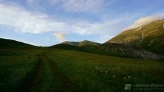 Va dove ti porta il cuore... (EmozionInUnClick - l'Avventuriero photographer) Tags: sibillini montagna panorama sentiero tramonto sonya7riii tracieloeterra
