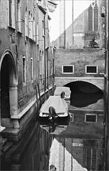 (frscspd) Tags: 05610031 20170731 pentax pentaxmx mx takumar takumar58mm 58mm ilford ilfordxp2 ilfordxp2400bw xp2 film filmgrain reflection reflections venice venezia canal bridge