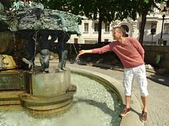 Vienna '18 (faun070) Tags: vienna leopoldmuseum jhk tourist dutchguy borromausfountain square peoplestanding