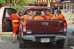 A monk and novices (Thomas Mülchi) Tags: chiangmai chiangmaiprovince thailand 2018 sunny persons people watjedlin man novices men changwatchiangmai th monk