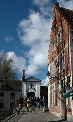 Begijnhof bridge building and sauvegarde archway in Bruges (Phil Heneghan) Tags: dsc9761 bruges belgium february 2018 westflanders winter city archway begijnhof bridge sauvegarde doorway gateway safeguard nikond7020180215to16 brugge wijngaardbrug