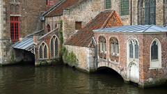 Spans (Francoise100) Tags: medieval bruges belgium wasser architecture flandres canals bricks briques roofs toits lines buildings ogives texture
