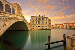 Rialto bridge - the other side (Bernhard Sitzwohl) Tags: rialto palazzocamerlenghi venice italy grandcanal travelphotography palazzo old historic longexposure