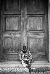La otra cara de la moneda (Bruno Naredo) Tags: italy italien italia roma rom rome streetportrait streetview blackandwhite blancoynegro schwarzweiss analog analogphotography analogue canon kodak tmax kodaktmax400 filmphotography filmisnotdead shootandshare catholicchurch vaticano