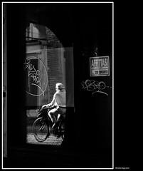 affittasi (magicoda) Tags: 2017 italia padova padua veneto italy magicoda foto fotografia biancoenero blackandwhite bw bn nikon d300 dslr persone people blackwhitephotos maggidavide davidemaggi candid streetphotography street voyeur amico friend uomo man donna woman upskirt wife nopanty barefoot graffiti draw bici bike bicicletta riflesso reflexion portici affitto affittasi specchio mirror mirroring