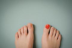 Single (CoolMcFlash) Tags: red nail polish feet female single flickrfriday woman fujifilm xt2 toe rot zehen füse barfus barefoot frau fotografie photography closeup nagellack xf35mmf14 r