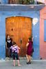 Ante la puerta (Marcos Núñez Núñez) Tags: mujeres puerta macetero color streetphotography streetphoto urban door women mexico