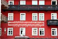 A pauta musical! (puri_) Tags: hotel pintado vermelho parede musica pauta varandas madeira