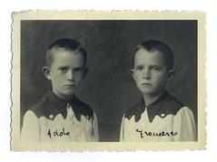 i gemelli ad Asiago - agosto 1945 (dindolina) Tags: photo fotografia blackandwhite bw biancoenero monochrome monocromo family famiglia history storia vignato twins gemelli portrait ritratto italy italia veneto vicenza asiago 1945 1940s forties anniquaranta vintage