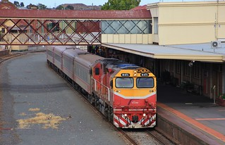 N471 stops briefly at Bendigo on a Swan Hill service
