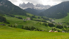 ....die Geislerspitzen (marionkaminski) Tags: tirol tyrol italien italy italia landscape paysage paisaje paesaggio berge mountain montana montagne wies field panasonic lumixfz1000 felsen bergspitzen rock geislerspitzen südtirol