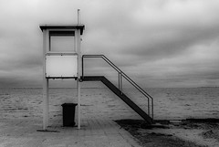 lifeguard tower (ro_ha_becker) Tags: leicaiiif leitzsummaron2835mm meinfilmlab kodaktrix400 film leicafilm analogue schwarzweiss monochrome biancoenero zwartwit blackandwhite blancoynegro blancetnoir beach strand meer sea landschaft landscape lamer
