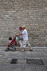 Photocall 5 (Wizard7oz) Tags: barcelona candid city life light nikon d90 people street streetlife streetphoto urban colors white summer architecture wall stone walk