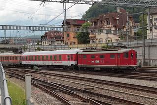 SBB Lokomotive Re 4/4 I 409 resp. 10009 von Classic Rail ( Baujahr 1946 - Hersteller SLM Nr. 3890 - BBC MFO SAAS ) mit Extrazug 32399 I.nterlaken W.est - B.asel SBB RB - ( K.aiseraugst ) am Bahnhof Spiez im Berner Oberland im Kanton Bern der Schweiz