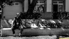 Sentado a la sombra. Arrecife, Lanzarote, marzo 2007. (Jazz Sandoval) Tags: 2007 elfumador españa exterior enlacalle expresión expression arrecife blancoynegro blanco bn bw black blackandwhite contraste canarias curiosidad calle curiosity city ciudad contrast digital day dìa fotografíadecalle fotodecalle fotografíacallejera fotosdecalle gente human humanfamily hombre humano white islascanarias jazzsandoval luz lanzarote light monocromática monócromo negro nero noiretblanc people portrait personaje retrato robado streetphotography streetphoto sombras solo uno unico sentado parque pintada