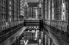 An evening in Hamburg (13) (Piotr Stachowiak) Tags: a18 architecture germany hamburg le land light may mayo primavera scapes speicherstadt springtime cityscape longexposure night nightscape noche reflection view water waterreflection