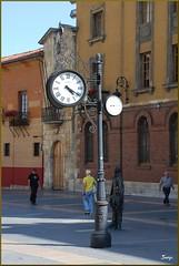 Hora y temperatura (León, Castilla y León, España, 4-10-2011) (Juanje Orío) Tags: castillayleón provinciadeleón león 2011 españa espagne espanha espanya spain reloj clock plaza