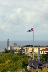 180202 Fortaleza San Carlos de la Cabaña, La Habana (nicolaskuntscher) Tags: nk cuba habana lahabana mar bandera flag castillo arquitectura faro lighthouse cielo latinoamérica nikon nikond7000