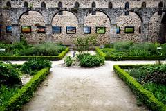 la galerie du cloître (Charles-Fernand) Tags: cloître abbaye jadin galerie peinture tableaux vert ancien