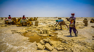 Ethiopia, etnia Afar extrayendo sal en Dallol (día 2)