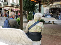 La dura vida de turista (Micheo) Tags: granada spain corpusengranada gente calle street plazadelapescaderia turistas tourists cansancio cansados tired rest descanso banci bench