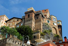 Looking up to Sorrento (zawtowers) Tags: sorrento campania italy italia bayofnaples seaside town resort sorrentine peninsula wednesday 30 may 2018 warm dry sunny blue skies sunshine hot holiday vacation break summer looking up building hotel perched edge cliffs