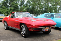 1964 Chevrolet Corvette Stingray (Davydutchy) Tags: vroem joure fryslân friesland frisia frise oudemirdum hegegerzen rit ride tocht toertocht ausfahrt fahrt classic car oldtimer klassiker veterán vehicle voiture pkw avto bil auto automobiel automobile break pauze pause american usa chevrolet chevy 1964 corvette vette stingray june 2018