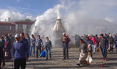 Clouds of incense smoke fills the Barkhor Street, Tibet 2017 (reurinkjan) Tags: tibetབོད བོད་ལྗོངས། 2017 ༢༠༡༧་ ©janreurink tibetanplateauབོད་མཐོ་སྒང་bötogang tibetautonomousregion tar ütsang lhasa jokhang lhadentsuglakhang jowokhang ཇོ་ཁང་ barkhorstreet tibetanབོད་པböpa tibetanpeopleབོད་མིbömi བོད་འབངསbömbang thewildfolksoftibetབོད་སྲིནbösin tibetanpeopleབོད་རིགསbörik incensesmokeofferingལྷ་བསང་lhabsang religiousceremonyofburningincensejuniperetcབསངས་གསོལbsangsgsolsangsöl cloudsofincensesmokeསྤོས་ཀྱི་དུད་སྤྲིནsposkyidudsprinpökyidütrin fragranttreegoodforincensenonpricklyhimalayanjuniperབདུག་སྤོས་ཤིང༌bdugsposshingdukpöshing