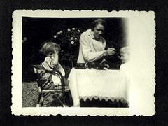la nonna Ina con i gemelli - Vicenza maggio 1936 (dindolina) Tags: photo fotografia blackandwhite bw biancoenero monochrome monocromo vintage family famiglia history storia gemelli twins vignato elvirabuy italy italia veneto vicenza 1936 1930s annitrenta thirties giardino garden