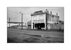 Lorient, zone portuaire (Punkrocker*) Tags: contax aria zeiss distagon 28mm 2828 t film kodak trix 400 nb bwfp port harbor people city street lorient keroman morbihan bretagne france