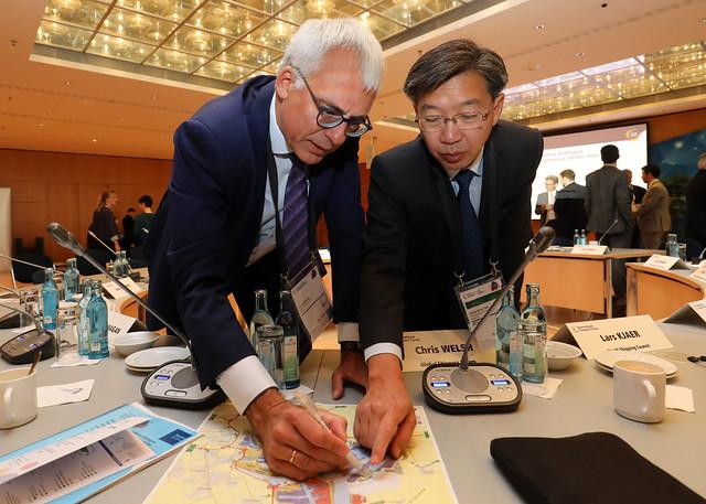 Luc Arnouts raises a point to Chong Meng Tan